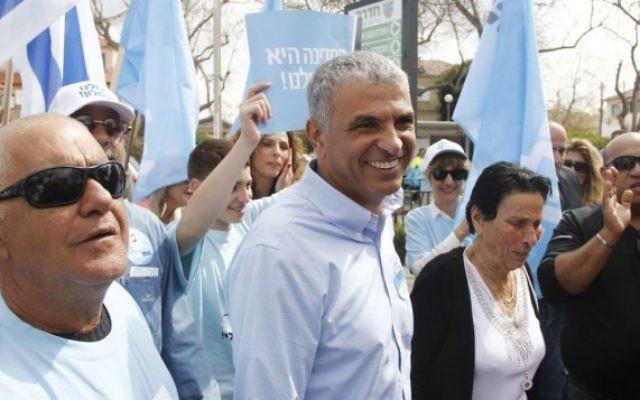 Moshe Kahlon, chef du parti Koulanou, est retourné mardi 17 mars 2015 dans sa ville natale de Givat Olga pour accompagner sa mère à l'isoloir. (Crédit photo: Juda Ari brut / Times of Israel)