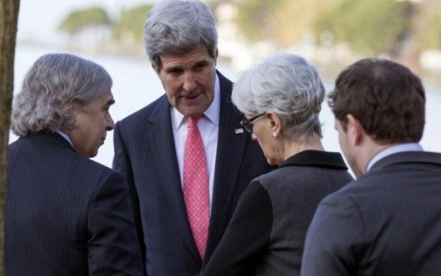 Le secrétaire d'Etat américain John Kerry rencontre le secrétaire à l'Énergie Ernest Moniz (à gauche) et la sous-secrétaire d'État adjoint aux affaires politiques et négociatrice sur le nucléaire Wendy Sherman avant une réunion avec le ministre iranien des Affaires étrangères Mohammad Javad Zarif pour un nouveau round de négociations  sur le nucléaire, le 3 mars 2015 à Montreux, en Suisse. (Crédit photo: AFP)