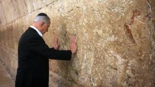 Le Premier ministre Benjamin Netanyahu prie au mur Occidental dans la Vieille Ville de Jérusalem le 28 février 2015 (Crédit : AFP/Pool/Marc Sellem)