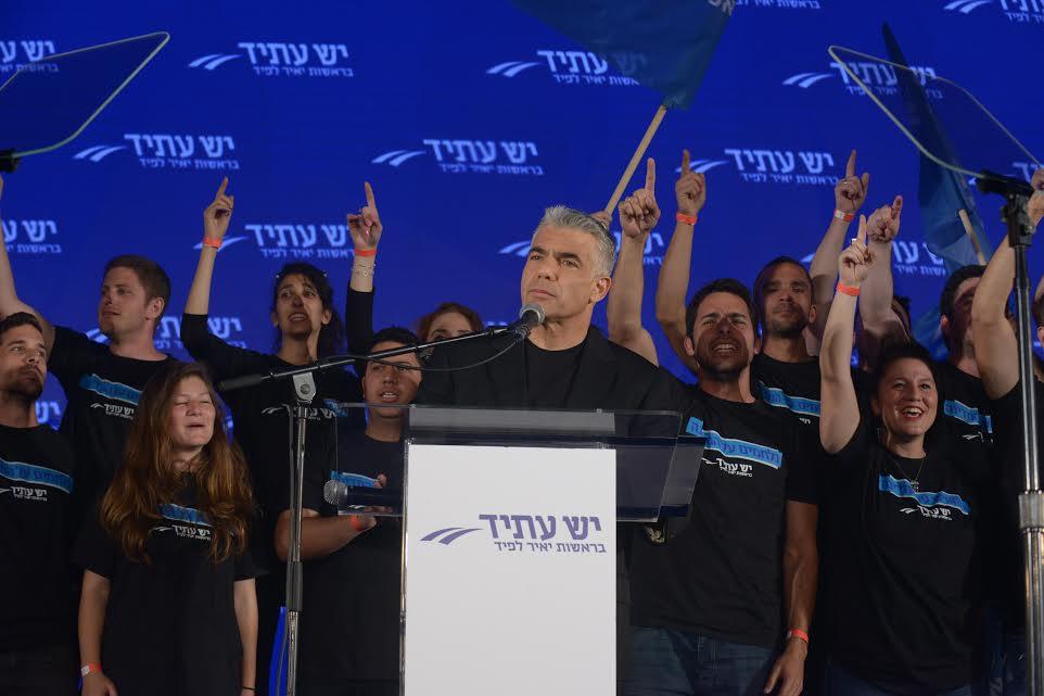 Yair Lapid de Yesh Atid dans un meeting de campagne le 12 mars 2015 à Holon (Crédit : Autorisation)