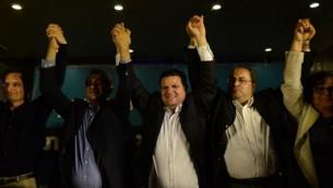 Ayman Odeh (au centre), chef de file de la Liste arabe unie, réagit  avec les membres de son parti aux premières estimations dans leur QG de campagne à  Nazareth dans le Nord d'Israël le 17 mars 2015 (Crédit photo : Basel Awidat/Flash90)