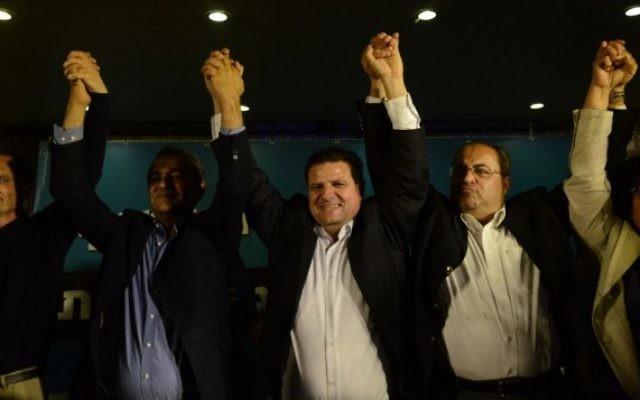 Ayman Odeh (au centre), chef de file de la Liste arabe unie, réagit,  avec les membres de son parti, aux premières estimations au QG de campagne à  Nazareth, le 17 mars 2015 (Crédit photo : Basel Awidat/Flash90).