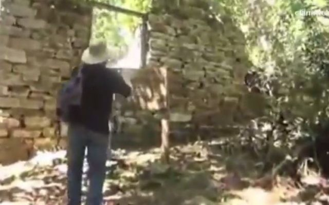 Une structure de pierre dans le parc national argentin Teius teyou Cuare, possiblement utilisée comme un repaire par des criminels de guerre nazis (Crédit : Capture d'écran YouTube / WebTV40).