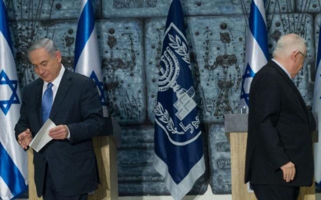 Benjamin Netanyahu rencontre le président israélien Reuven Rivlin dans une brève cérémonie confiant à Netanyahu la tâche  de former le prochain gouvernement israélien, le 25 mars 2015. (Crédit photo: Miriam Alster / Flash90)