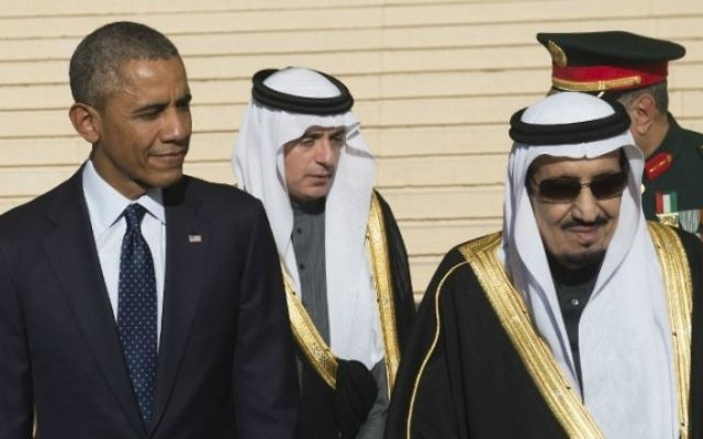 Le président américain Barack Obama se tient aux côtés du nouveau roi saoudien Salman (à droite) après son arrivée  à l'aéroport international King Khalid dans la capitale Riyad le 27 Janvier 2015 (Crédit photo: AFP / SAUL LOEB)