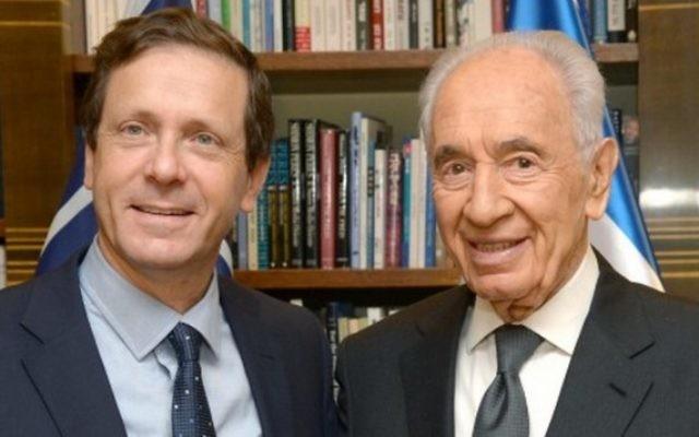 Le dirigeant de l' Union sioniste Isaac Herzog et l'ancien président Shimon Peres le 24 novembre 2013 (Crédit : Mark Neyman/GPO/FLASH90)