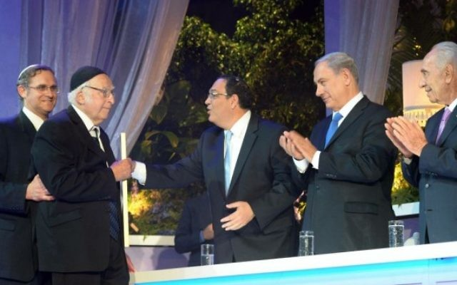 Le rabbin Aharon Lichtenstein recevant le prix de littérature à Jérusalem, le 6 mai 2014 (Photo credit: Amos Ben Gershom/GPO/Flash90).