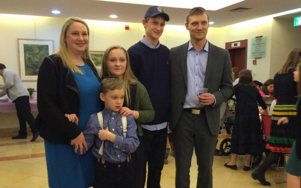 Hannah Bentow (troisième à gauche), dont la bat-mitsva le 14 février à Copenhague a été interrompue par un attentat, fête avec sa famille à Jérusalem, le 12 Mars 2015. (Crédit : Renee Ghert-Zand / Times of Israel)