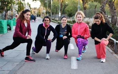 Cinq des coureuses de Runners Without Borders lors d'un entrainement, Shoshana Ben-David est la deuxième à droite (Crédit : Autorisation d'Itay Akirav)