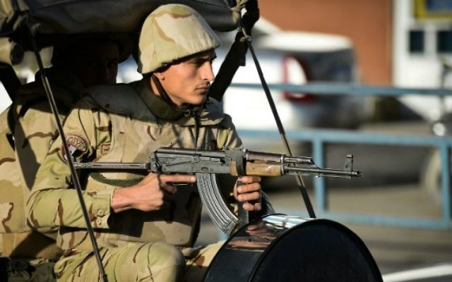 Un soldat égyptien dans le nord du Sinaï, le 30 janvier 2015. Illustration. (Crédit : Mohamed el-Shahed/AFP)