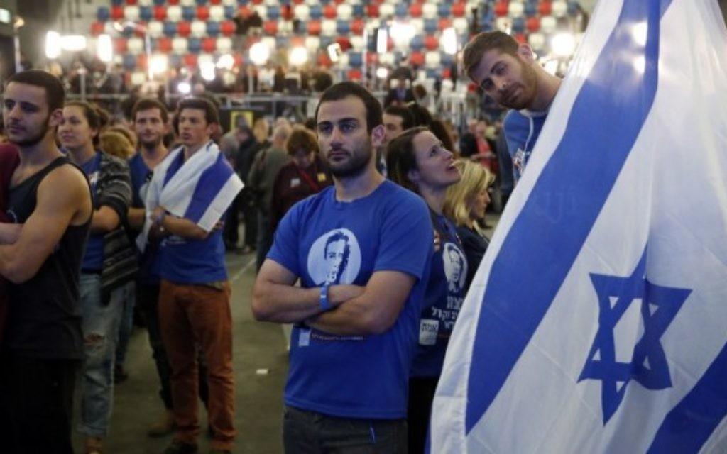 Des militants de l'Union sioniste réagissent aux résultats des élections israéliennes le 17 mars 2015 au QG de campagne de leur parti à Tel Aviv. (Crédit photo: AFP/THOMAS COEX)