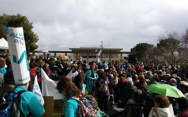 Des milliers de femmes manifestent à  Jérusalem le 4 mars 2015 (Crédit : Facebook de Women Wage Peace)