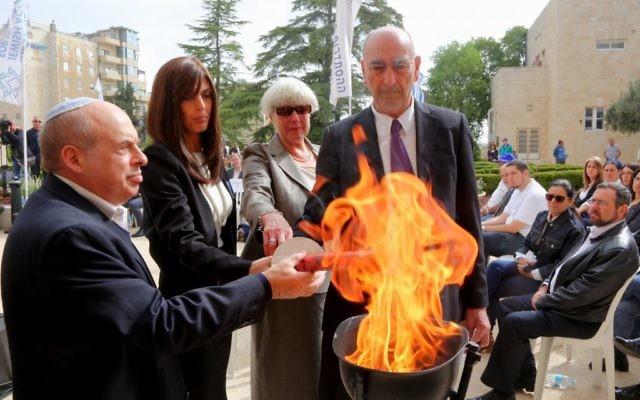 Les membres de la famille de Philippe Braham et de Dan Uzan allumant une torche et déposant une couronne avec le président de l'Agence juive Natan Sharansky. (Crédit photo: Sasson Tiram)