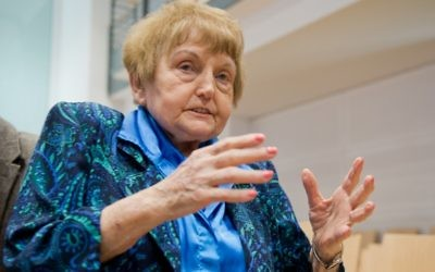La survivante d'Auschwitz Eva Kor, le 21 avril 2015, à Lunebourg, dans le nord de l'Allemagne (Crédit : AFP PHOTO / POOL / JULIAN Stratenschulte)