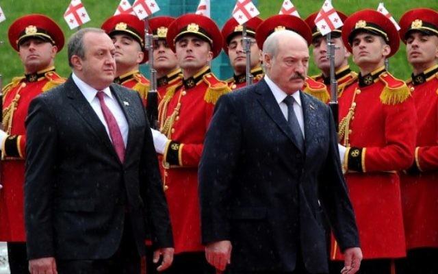 Le président biélorusse Alexandre Loukachenko, à droite, et son homologue géorgien Giorgi Margvelashvili à Tbilissi, le 23 avril 2015. (Crédit photo : Vano Shlamov/AFP)