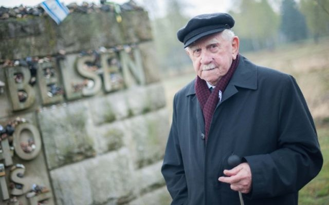 Ariel Yahalomi, un survivant sur un lieu de mémoire situé sur l'ancien camp de concentration nazi de Bergen-Belsen, le 26 avril, 2015 au Bergen-Belsen, en Allemagne. (Crédit : AFP PHOTO / DPA / HAUKE-CHRISTIAN DITTRICH)