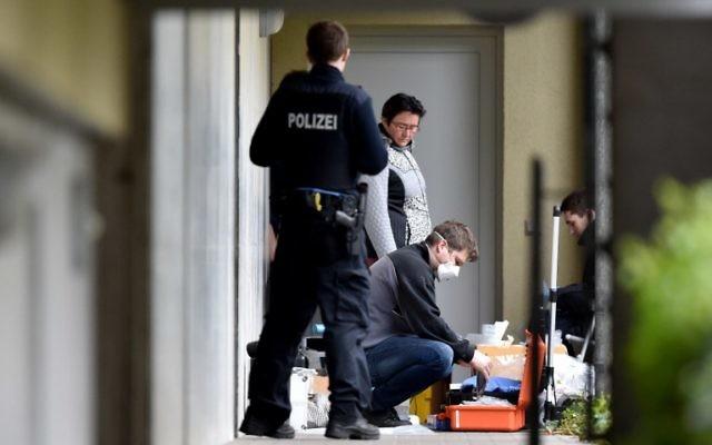 Des experts de la police collectent des preuves dans un complexe d'appartements le 30 avril, 2015 à Oberursel en Allemagne. Les Autorités allemandes disent avoir déjoué une attaque après l'arrestation d'un couple germano-turque  qui avait une bombe et d'autres armes à leur domicile, près de Francfort, ont indiqué des responsables jeudi (Crédit : AFP PHOTO / DPA / BORIS ROESSLER +++ GERMANY OUT)