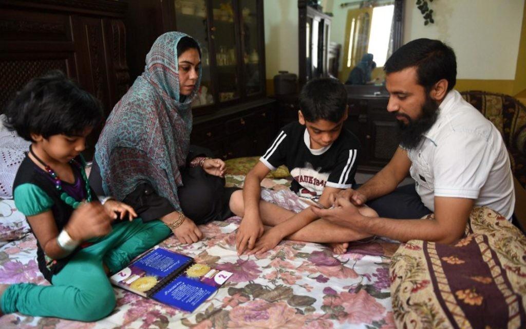 Dans cette photo prise le 10 avril 2015, une citoyenne pakistanaise, évacuée du Yémen, Saima Tanveer (2ème à droite) est avec ses enfants et son beau frère à son domicile à Peshawar. (Crédit : AFP PHOTO / A MAJEED)
