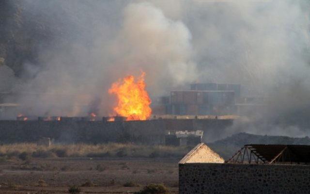 Les flammes et la fumée s'élevant du site d'une explosion qui a frappé un dépôt d'armes dans la deuxième ville du Yémen d'Aden le 28 mars 2015 Crédit : (Crédit : AFP PHOTO / Saleh al-Obeidi)