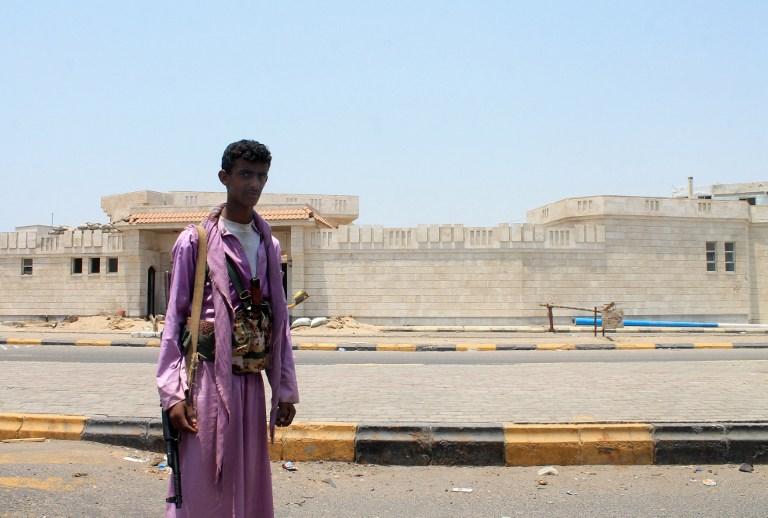 Un combattant chiite Houthi se tient en dehors de la résidence privée du président yéménite Abedrabbo Mansour Hadi dans le quartier de Khor Maksar de la ville côtière du sud du Yémen d'Aden le 2 avril 2015 (AFP PHOTO / Saleh al-Obeidi)