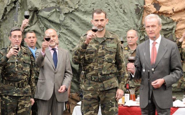 (De gauche à droite) le chef de l'armée espagnol Jaime Dominguez Buj, le deuxième responsable de l'ambassade d'Espagne au Liban Manuel Duran, le roi espagnol Felipe VI, et le ministre de la Défense espagnol Pedro Morenes, portant un toast aux troupes espagnoles dans la base militaire espagnole de Miguel de Cervantes dans la ville libanaise sud de Marjayoun, le 8 avril 2015. (Crédit : AFP PHOTO / NATALIA SANCHA)
