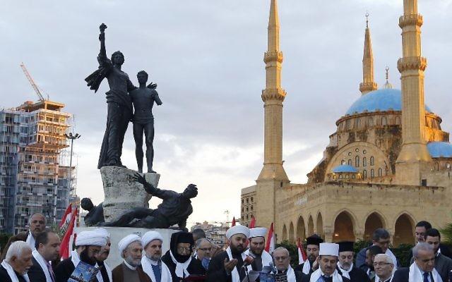 Des Chrétiens et des Musulmans se sont rassemblés sur la place des Martyrs dans le centre de Beyrouth le 12 avril 2015, à la veille du 40e anniversaire du début de la guerre civile au Liban. La guerre civile a duré 15 années sanglantes de 1975 à 1990, tuant plus de 150 000 personnes et laissant quelques 17 000 personnes disparus, selon les chiffres officiels (Crédit : AFP PHOTO / ANWAR AMRO)
