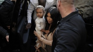 Kim et North Kardashian à Jérusalem - 13 avril 2015 (Crédit : AHMAD GHARABLI / AFP)