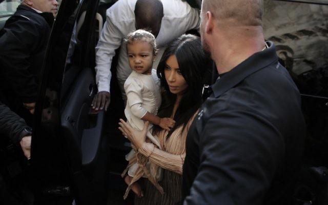 Kim Kardashian et sa fille North à Jérusalem, le 13 avril 2015. (Crédit : Ahmad Gharabli/AFP)