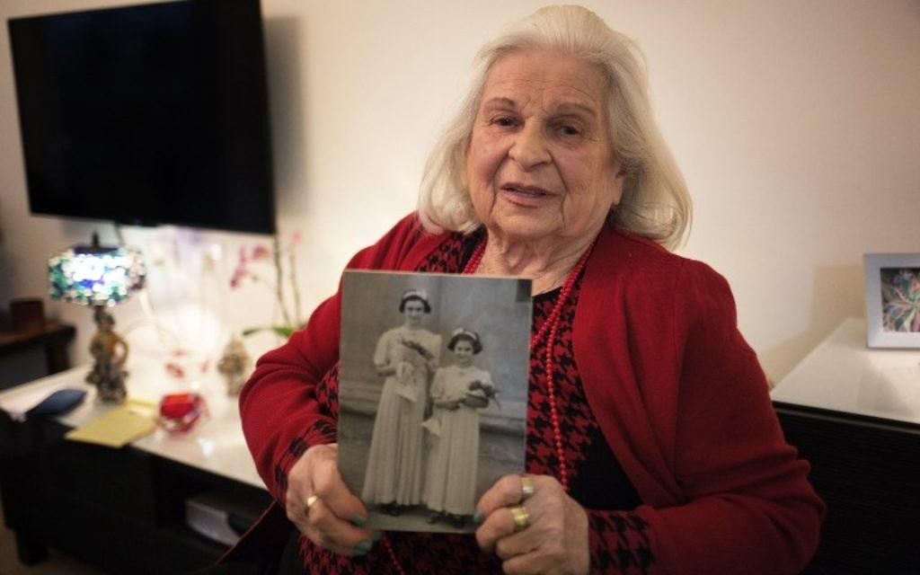 Suzanna Braun, qui a connu les horreurs de l'Holocauste, montre une photo d'elle et sa sœur, Agi, - 14 avril 2015 (Crédit : AFP PHOTO / MENAHEM KAHANA)