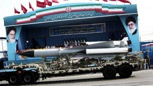 Un missile S-200 est montré devant les commandants iraniens pendant la parade de l'armée, le 18 avril 2015.  (Crédit : Behrouz Mehri/AFP)