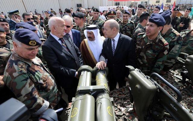 (G à D) Le chef de l'armée libanaise, Jean Kahwaji, le ministre de la Défense libanais Samir Mokbel, l'ambassadeur saoudien au Liban Ali Awad Asiri et le ministre de la Défense français, Jean-Yves Le Drian prennent part à une cérémonie de remise d'armes françaises à l'armée libanaise à l'aéroport international de Beyrouth, le 20 avril 2015.(Crédit : AFP PHOTO / JOSEPH EID)
