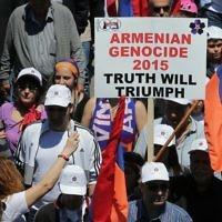 Les Arméniens libanais défilant avec des drapeaux et des pancartes sur la route Antélias, au nord de Beyrouth, le 24 avril 2015 pour commémorer le 100e anniversaire des massacres d'Arméniens sous l'Empire ottoman en 1915 (AFP PHOTO / JOSEPH EID)