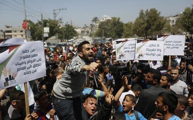 Des manifestants palestiniens défilent à Gaza, le 29 avril 2015. (Crédit : AFP)