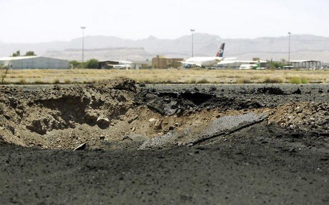 Cratère laissé par une frappe aérienne sur le tarmac de l'aéroport international de Sanaa, capitale du Yémen, le 29 avril 2015. (Crédit : Mohammed Huwais/AFP)