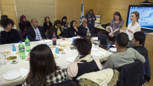 Les 15 ados français qui vont se rendre en Israël fin avril, à l'ambassade d'Israël en France - 1er avril 2015 (Crédit : AFP)
