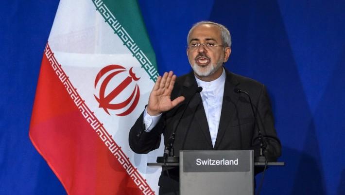Le ministre iranien des Affaires étrangères Mohammad Javad Zarif faisant des gestes tandis qu' il parle lors d'une conférence de presse à l'Institut à Lausanne (à l'Ecole Polytechnique Fédérale de Lausanne) le 2 avril 2015 (Crédit : AFP / FABRICE COFFRINI)