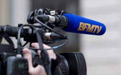 Un cameraman de la chaîne BFMTV (Crédit : Kenzo Triboullard/AFP)