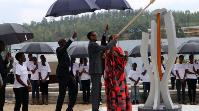 Le président rwandais Paul Kagame allume la Flamme du Souvenir au Mémorial du Génocide de Gisozi à Kigali le 7 avril 2015,  la première journée de deuil marquant les 21 ans du génocide de 1994 qui a coûté la vie à 800 000 personnes en plus de 100 jours.  (Crédit : AFP/Stéphanie Aglietti)