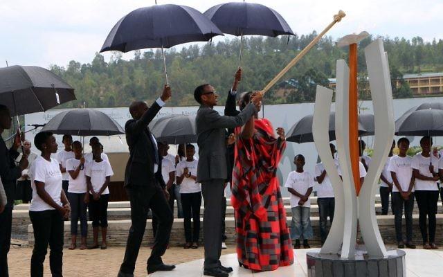 Le président rwandais Paul Kagame allume la Flamme du Souvenir au Mémorial du Génocide de Gisozi à Kigali le 7 avril 2015,  la première journée de deuil marquant les 21 ans du génocide de 1994 qui a coûté la vie à 800 000 personnes en plus de 100 jours.  (Crédit : Stéphanie Aglietti/AFP)