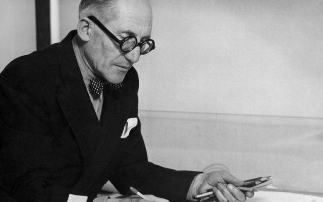Photo prise en 1961 montre l'architecte suisse-français Charles-Edouard Jeanneret, dit Le Corbusier. La publication simultanée en France de plusieurs livres révèle le côté obscur de Le Corbusier, architecte le plus célèbre du 20e siècle, quelques semaines avant une grande exposition marquant le 50e anniversaire de sa mort au Centre Pompidou à Paris (Crédit : AFP PHOTO / STF)