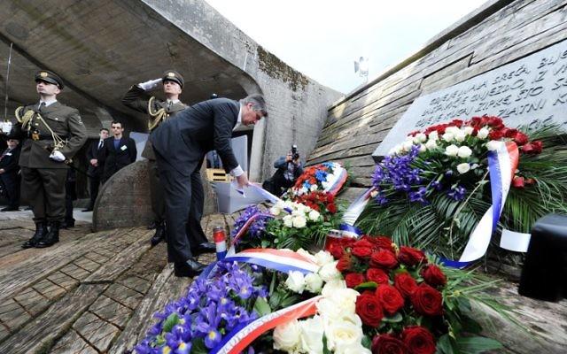 Le Premier ministre croate Zoran Milanovic dépose une couronne de fleurs sur le site du mémorial de Jasenovac lors d'une cérémonie pour les dizaines de milliers de victimes tuées dans le camp de concentration de Jasenovac, à Jasenovac, le 26 avril 2015. (Crédit : AFP/STRINGER)