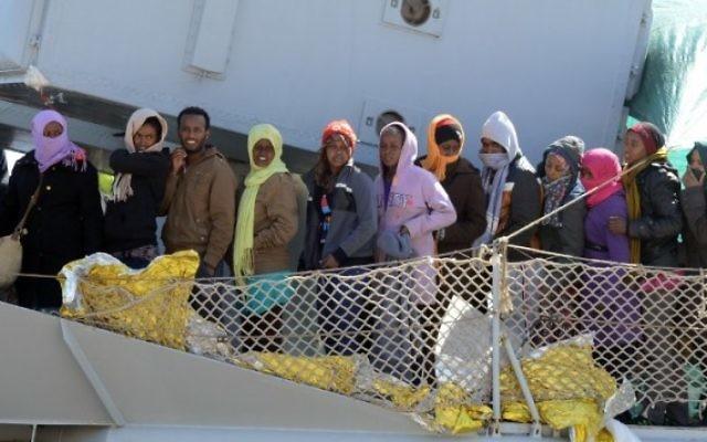 Un bateau transportant des migrants arrive dans le port de Messine après une opération de sauvetage en mer le 18 avril, 2015 en Sicile. (Crédit : Giovanni Isolino / AFP)