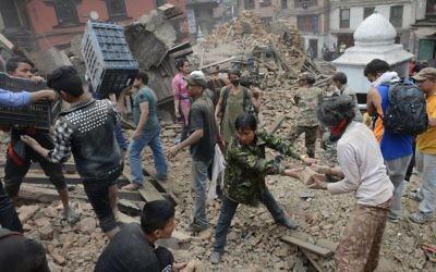 Après le tremblement de terre, à Katmandu, le 25 avril 2015.  (Crédit : AFP/PRAKASH MATHEMA)