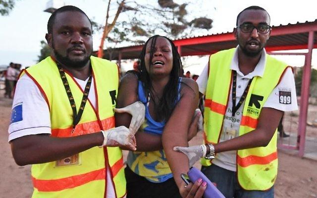 Une étudiante blessée est secourue, après l'attaque du 2 avril sur le campus de l'Université de Garissa, au Kenya. (Crédit : AFP / Carl Dd Souza)