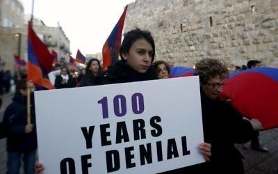 Les membres de la communauté arménienne défilent avec des drapeaux et des torches le 23 avril 2015 dans la Vieille Ville de Jérusalem, à la veille du 100e anniversaire du génocide arménien sous l'Empire ottoman en 1915. (Crédit : AFP / GALI TIBBON)