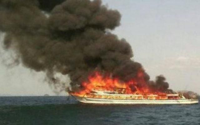 Un bateau en Thailande en feu a coûté la vie à une jeune israélienne de 12 ans (Crédit : sanook.com)