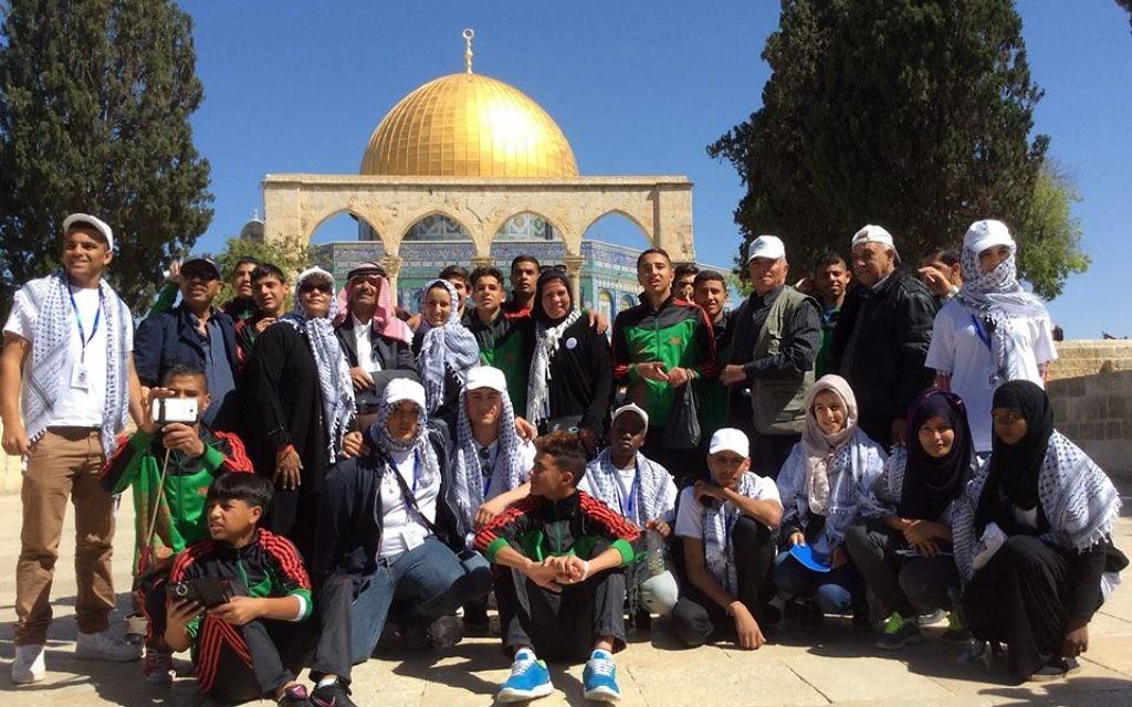 Les élèves venus avec l'association Imad devant le dôme du Rocher  (Crédit :autorisation)