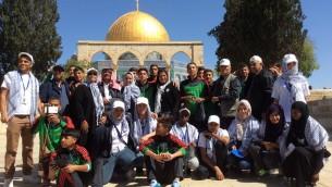 Les élèves venus avec l'association Imad devant la mosquée Al Aqsa (Crédit : autorisation)