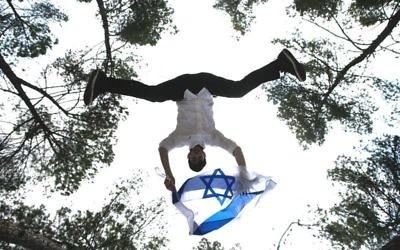Un Israélien à Yom HaAtsmaout (Crédit : Flash 90)