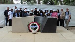 Les élèves venus sur la tombe d'Yitzhak Rabin avec l'association Imad (Crédit : autorisation)